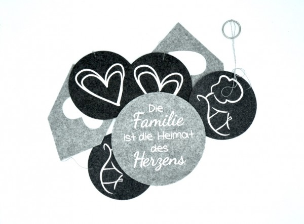 """Filz-Girlande mit Spruch """"Die Familie ist die Heimat des Herzens."""" 150 x 15 cm"""