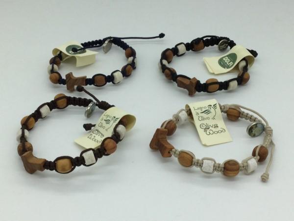 Armband mit fünf Olivenholzperlen, Steinen und Tau-Kreuz