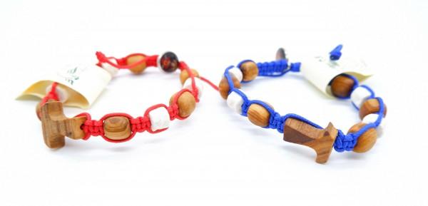 Kinderarmband mit Olivenholzperlen, Steinen und Tau-Kreuz